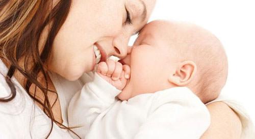 счастливые мама и ребенок
