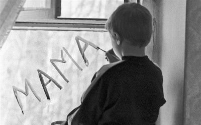 ребенок пишет слова мама