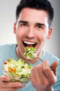 Мужчина есть салат